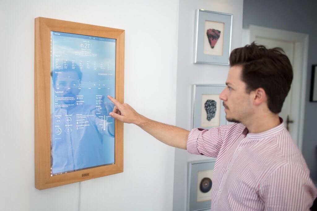 dirror der erste digitale spiegel beyond pixels. Black Bedroom Furniture Sets. Home Design Ideas
